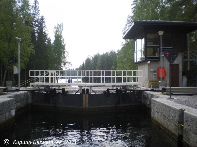 Средние шлюзовые ворота и пульт управления шлюзом