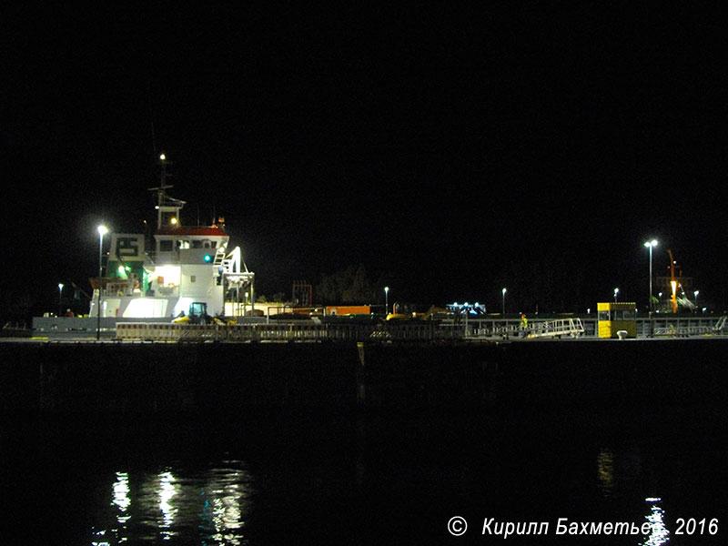 Грузовое судно в Новом шлюзе